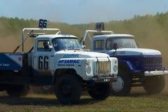 Vrachtwagens die op ongeplaveid spoor rennen Tyumen Rusland Royalty-vrije Stock Foto's