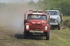 Vrachtwagens die op ongeplaveid spoor rennen Tyumen Rusland Stock Foto's