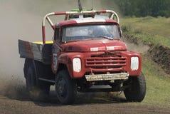Vrachtwagens die op ongeplaveid spoor rennen Tyumen Rusland Stock Afbeelding