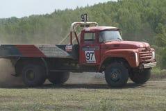 Vrachtwagens die op ongeplaveid spoor rennen Tyumen Rusland Royalty-vrije Stock Afbeeldingen