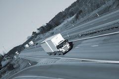 Vrachtwagens die op snelweg drijven Stock Foto's