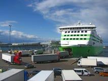 Vrachtwagens die veerboot inschepen stock foto