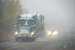 Vrachtwagens die zich door mist bewegen Royalty-vrije Stock Afbeelding