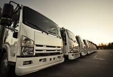 Vrachtwagens in een rij stock afbeelding