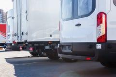 vrachtwagens en bussen in het parkeren stock fotografie