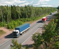 vrachtwagens en verkeer op landweg Stock Foto's