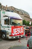 Vrachtwagens met de banner van Jesus in Maart voor Jesus jaarlijkse inter stock fotografie