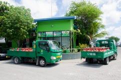Vrachtwagens met gashouders dichtbij benzinestation bij Mannetje Royalty-vrije Stock Foto