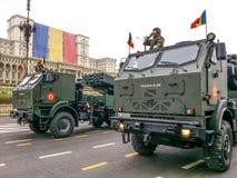 Vrachtwagens met militair Stock Foto