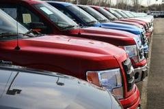 Vrachtwagens in nieuwe autopartij Stock Afbeeldingen