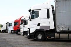 Vrachtwagens omhoog buiten een parkeerterrein dat van de bedrijf` s auto worden geparkeerd stock fotografie