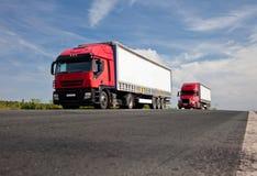 Vrachtwagens op de weg Stock Fotografie