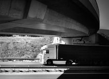 Vrachtwagens op de weg stock afbeelding