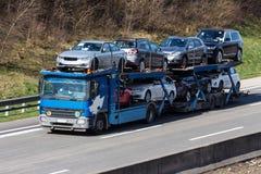 Vrachtwagens op de weg Stock Foto's