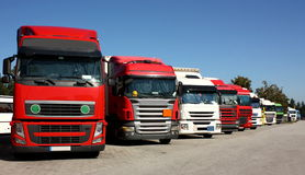Vrachtwagens op een plaats van het wegparkeren royalty-vrije stock afbeelding