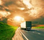 Vrachtwagens op een weg Stock Foto's