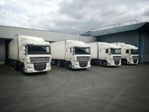 Vrachtwagens op het dok stock foto's