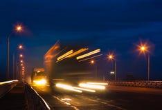 Vrachtwagens op nachtweg Stock Afbeelding