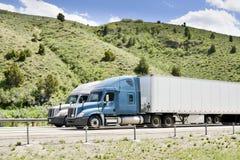Vrachtwagens op tusen staten Stock Foto's