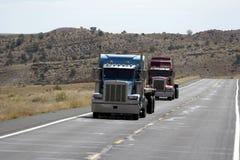 Vrachtwagens op weg Stock Fotografie