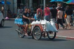 Vrachtwagens, riksja in Bangkok, Thailand royalty-vrije stock foto