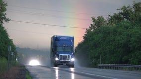 Vrachtwagens, Tractoraanhangwagen, Lading, Levering stock video