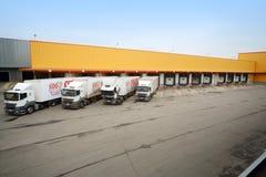 Vrachtwagens in voorraad in brouwerij Ochakovo worden geladen die Stock Afbeeldingen