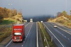 Vrachtwagens, weg en mist Stock Afbeeldingen