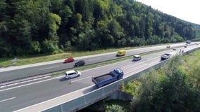 Vrachtwagenshoogtepunt die van nieuw asfalt de wegweg wachten te herstellen stock video