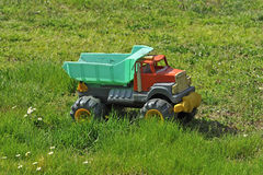 Vrachtwagenstuk speelgoed op de weide Stock Afbeeldingen