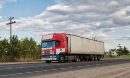 Vrachtwagentractor met een container voor lading Stock Foto