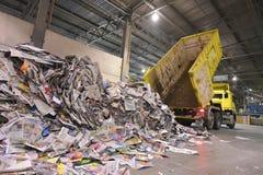 Vrachtwagentransporten teruggekregen document voor recycling in een molen - document royalty-vrije stock foto's
