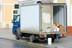 Vrachtwagentribunes op het leegmaken dichtbij pakhuispoort Stock Foto