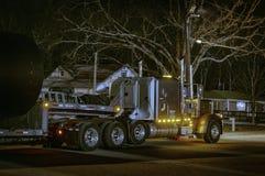 Vrachtwagenverblijf bij trackstop bij nacht stock foto's