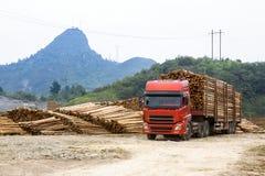 Vrachtwagenvervoer in logboekwerf royalty-vrije stock afbeelding