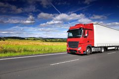 Vrachtwagenvervoer op de weg Royalty-vrije Stock Foto