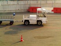 Vrachtwagenvoertuig voor vervoerbagage in de luchthaven Stock Foto's