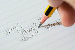 Vragen op papier Stock Afbeeldingen