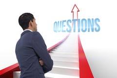 Vragen tegen rode pijl met grafische stappen Stock Foto