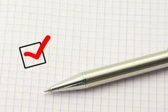 Vragenlijstmalplaatje, onderzoekskeus Het Antwoordconcept van de onderwijstest Duidelijke checkbox met een pen op document achter Stock Foto