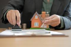 vrai agent immobilier avec l'estampillage principal de maison approuvé sur l'hypothèque l image libre de droits