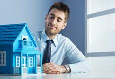 Vrai agent immobilier avec la maison modèle image libre de droits