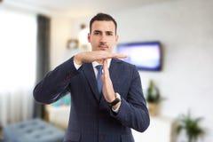 Vrai agent immobilier d'agent immobilier faisant l'heure pour le geste de pause de coupure photo stock