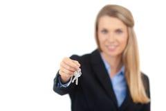 Vrai agent immobilier donnant des clés photographie stock libre de droits