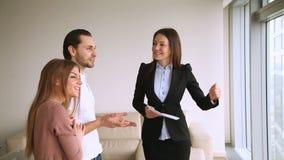 Vrai agent immobilier montrant l'appartement et l'infrastructure tout près aux clients banque de vidéos