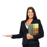 Vrai agent immobilier montrant l'espace vide de copie Photographie stock libre de droits