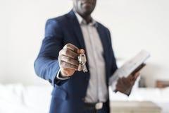 Vrai agent immobilier remettant la clé de maison photographie stock libre de droits