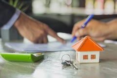 Vrai agent immobilier tenant la clé de maison sur son client après la signature photo libre de droits