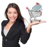 Vrai agent immobilier vendant tenir à la maison la mini maison Images stock