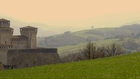 Vrai château brumeux d'imagination sur les collines au coucher du soleil banque de vidéos